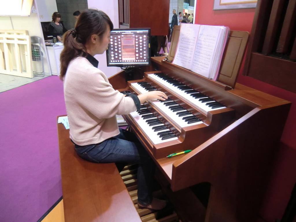 双排键电子琴教师包伶俐
